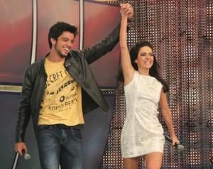 Rodrigo Simas e Claudia Ohana falam sobre suas experiências no 'Dança' (Foto: Domingão do Faustão / TV Globo)