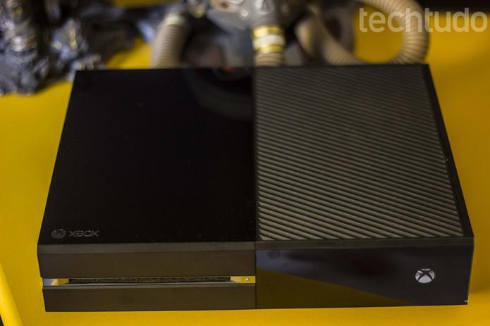 Grandalhão, o Xbox One não é muito charmoso (Foto: Débora Magri/ TechTudo)