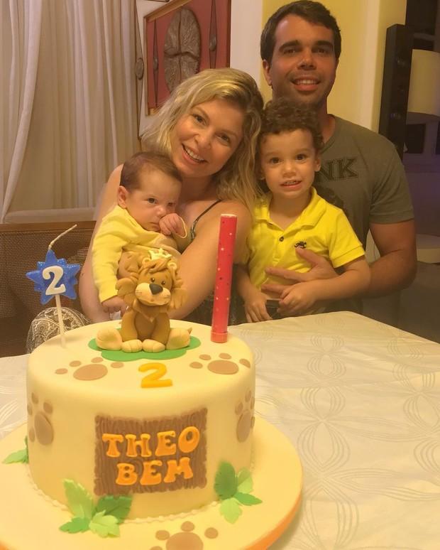 Bárbara Borges com a família comemorando dois meses do filho Theo (Foto: Instagram / Reprodução)