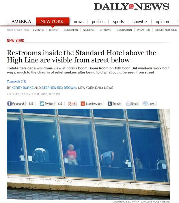Banheiros do 18º andar do Hotel Standard, em Nova York (EUA), são visíveis para quem passa na rua. (Foto: Reprodução)