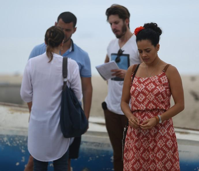 Hemrique Sauer dirige gravação de 'A Regra' na praia (Foto: Fabiano Battaglin / Gshow)