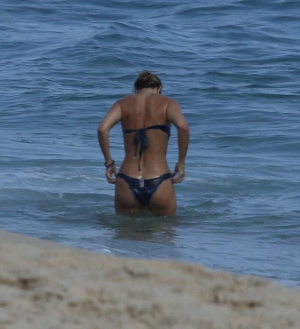 Christine Fernandes na praia (Foto: agnews)