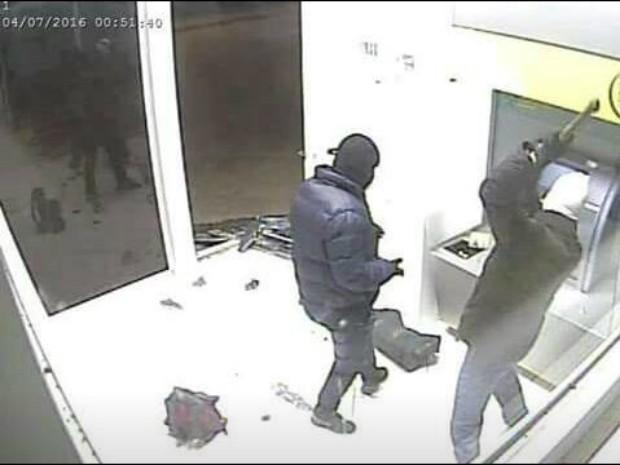 Criminosos explodem caixa eletrônico de agência do Sicredi em Vale Verde, no RS (Foto: Divulgação/BM)