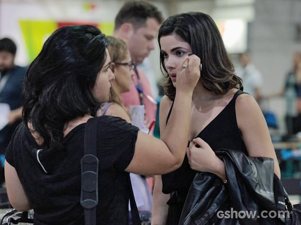 Vanessa Giácomo recebe retoques finais na maquiagem (Foto: Pedro Curi/TV Globo)