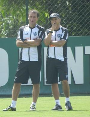 Cuca e Carlinhos Neves observam o treinamento (Foto: Rodrigo Fuscaldi / Globoesporte.com)