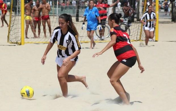Vasco e Flamengo futebol de areia feminino  (Foto: Rodrigo Molina)