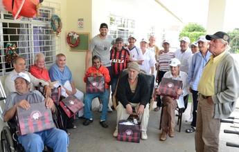 Atlético-PR atende pedidos de Natal, e Weverton faz visita a asilo em Curitiba