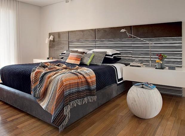 Descentralize a cabeceira da cama. Esta, com tecido da Regatta, é do quarto projetado pelo arquiteto Toninho Noronha (Foto: Edu Castello)