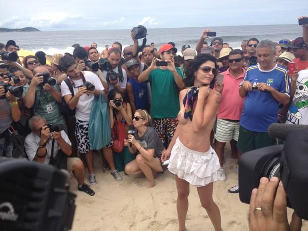 Rio: A jovem adere ao movimento pela liberdade do topless (Foto: Renata Soares/G1)