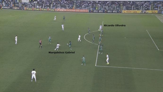 Marquinhos Gabriel vê Ricardo Oliveira entrando livre pela esquerda. Passe desmontou a defesa da Chapecoense (Foto: GloboEsporte.com)