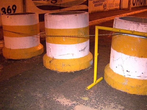 Jovem bateu a cabeça em uma manilha de concreto que foi colocada para bloquear o trânsito para a festa de Réveillon  (Foto: Carlos Trinca/EPTV)
