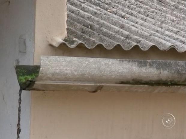 A calha aberta na casa abandonada na Vila Haro pode acumular água da chuva (Foto: Reprodução/TV TEM)