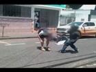Motociclista agride homem com martelo em Uberlândia; veja vídeo