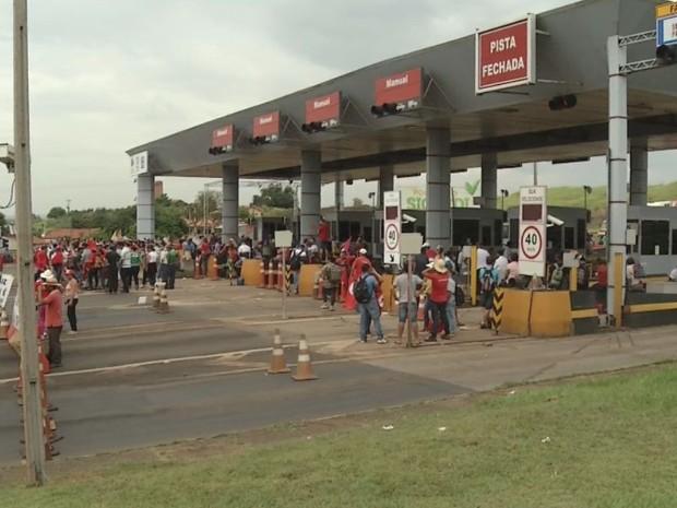 Integrantes do MST fecharam o pedágio no entrocamento das rodovias  (Foto: Bob Rodrigues/ TV TEM )