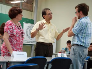 Os professores da USP Mônica Porto e José Rodolfo Martins conversam com o professor assistente de Harvard Chad Vecitis (Foto: Divulgação/Harvard)