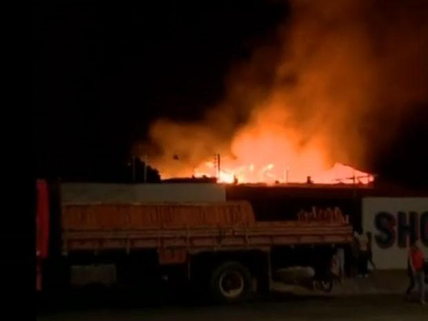 Incêndio destruiu madeireira na Zona Sul de Teresina  (Foto: Reprodução/TV Clube)