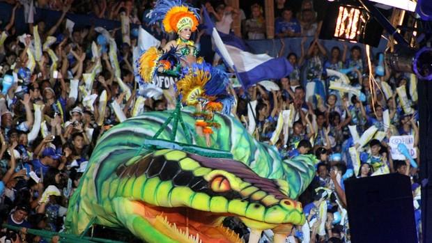 Cunhã-poranga Maria Azêdo surgiu em uma cobra no meio da galera do Boi Azul e Branco (Foto: Frank Cunha/G1 AM)