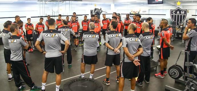 Marcelo Oliveira reúne os jogadores para conversa (Foto: Bruno Cantini / Atlético-MG)