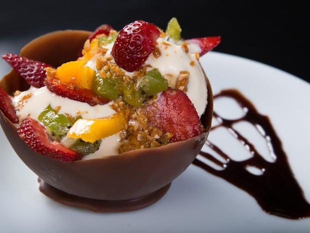 Casquinha de chocolate, preenchida com sorvete de creme, farofa crocante e frutas tropicais (Foto: Elton Costa)
