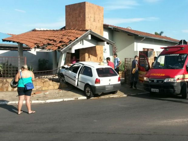 Carro destruiu parte da frente da casa (Foto: Divulgação/Corpo de Bombeiros)