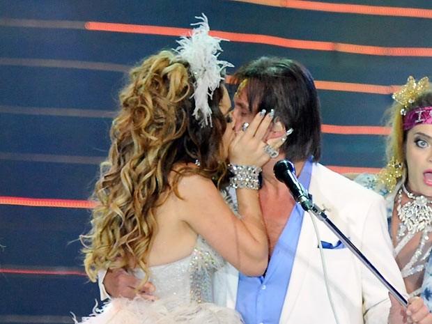 """Encarnando Chayenne, personagem da novela """"Cheias de charme"""", a atriz Cláudia Abreu dá um beijo na boca de Roberto Carlos no fim da canção 'É meu, é meu, é meu' (Foto: Estevam Avellar/Rede Globo)"""