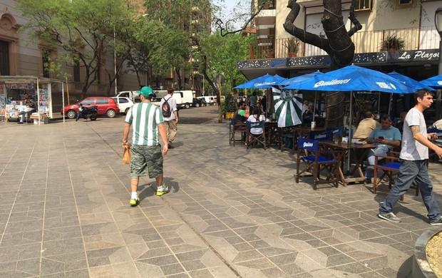 Sentindo o clima de Córdoba, praça central da cidade