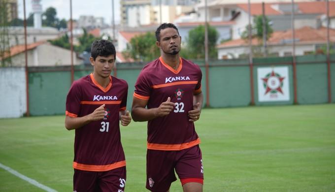 Goleiro Bruno já treina no Boa Esporte (Foto: Régis Melo)