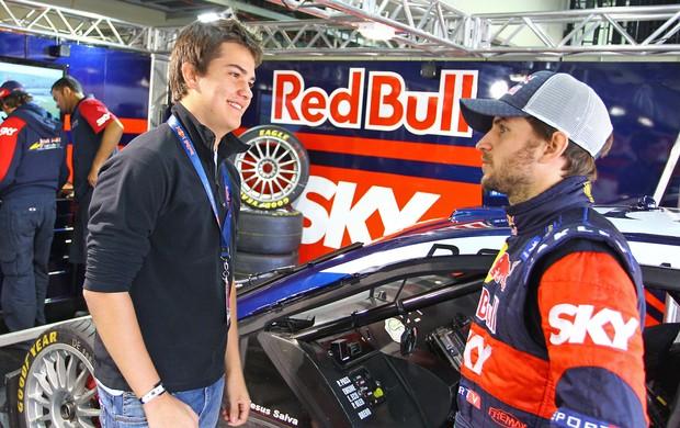 Felipe Fraga conversa com Daniel Serra no box da RBR em Interlagos (Foto: Carsten Horst)