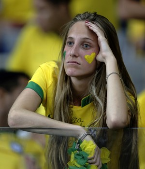 Brasileira decepcionada com o placar da semifinal (Foto: AP Photo/Matthias Schrader)