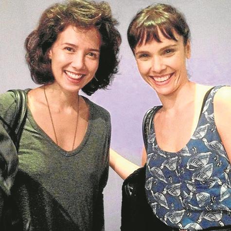 Débora Falabella recebe Marjorie Estiano após se apresentar com o espetáculo 'Love, love, love' (Foto: Divulgação)