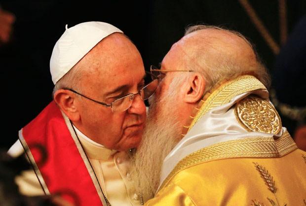 Papa Francisco com o patriarca ecumênico Bartolomeu I (Foto: Umit Bektas/Reuters)