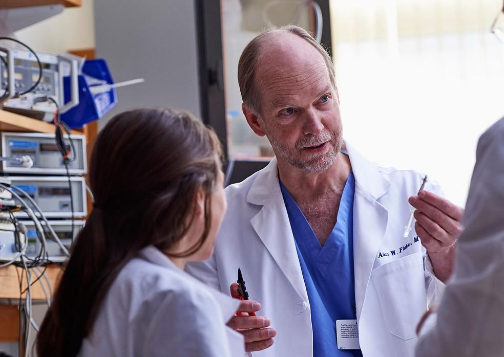 Médico Alan Flake, cirurgião do Hospital Infantil da Filadélfia, lidera pesquisa sobre útero artificial  (Foto: Ed Cunicelli/Children's Hospital of Philadelphia via AP)
