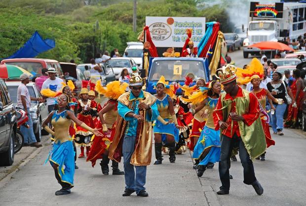 Foliões e trios elétricos no desfile Banda Bou no sábado de carnaval, na estrada que liga a capital à Barber (Foto: © Haroldo Castro/ÉPOCA)