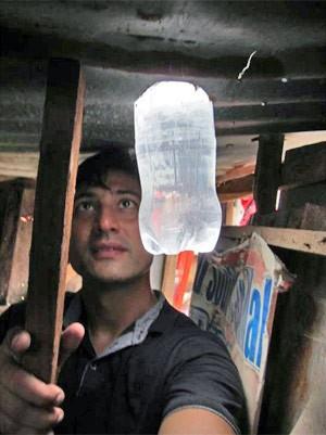 Lâmpada de garrafa pet em Cebu, nas Filipinas. (Foto: Liter of Light/Divulgação)