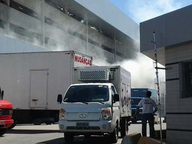 Fogo começou no depósito do shopping (Foto: Sergio Henrique/ G1)