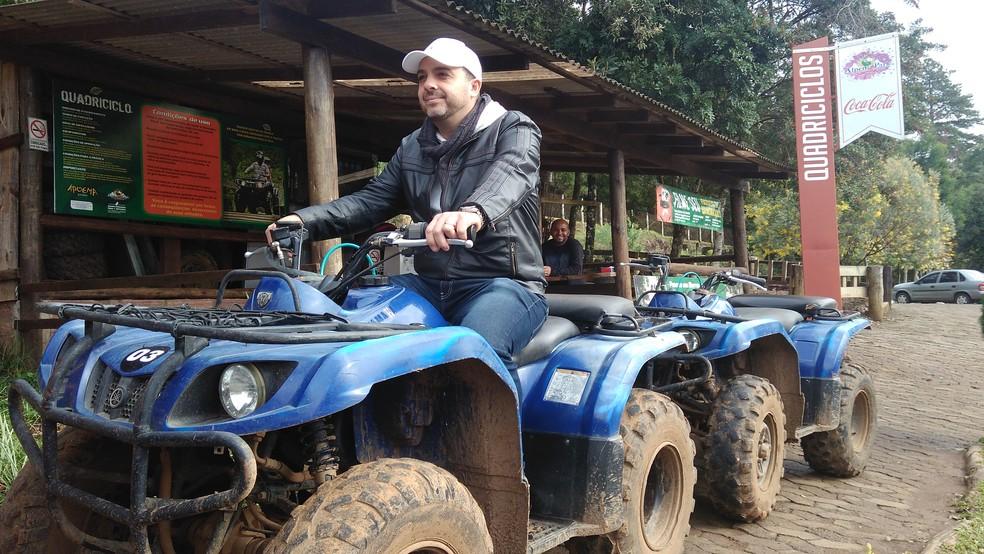 Paulistano Gerson Acedo Alves, de 38 anos, escolheu o Alpen Park pelas atrações de aventura (Foto: Henrry Palla/RBS TV)