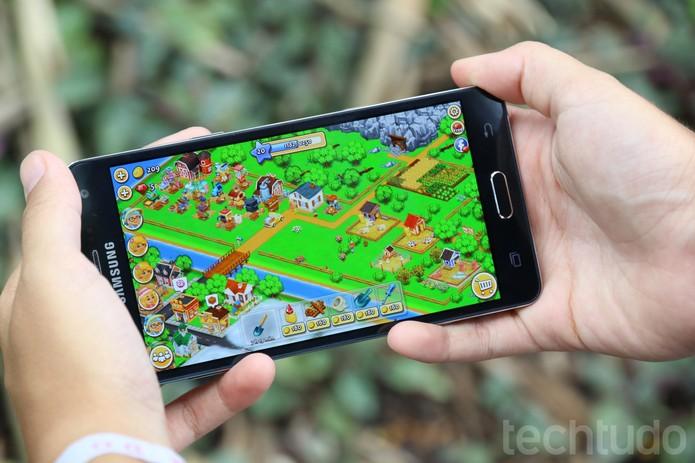 Galaxy A5 tem bateria de 2.300 mAh (Foto: Anna Kellen Bull/Techtudo)