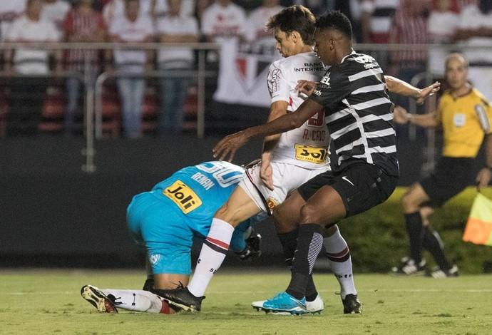 São Paulo x Corinthians - Rodrigo Caio, Jô e Renan Ribeiro (Foto: Daniel Augusto Jr/Ag. Corinthians)