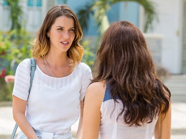 Laura se choca com nova informação sobre o passado de Tina (Foto: Artur Meninea/Gshow)