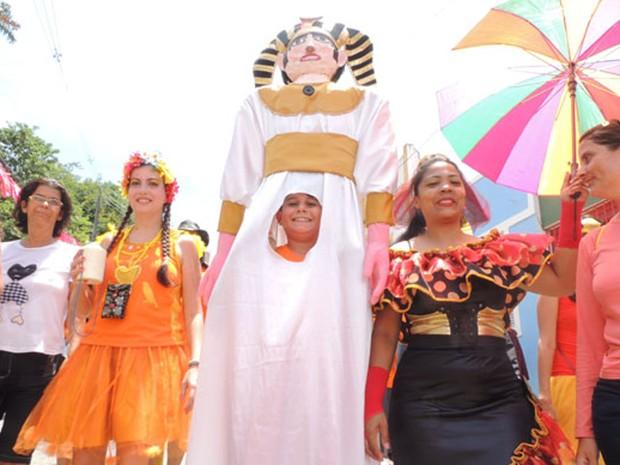 Renato Albuquerque, de 12 anos, quis ficar mais alto com a fantasia de faraó para brincar no carnaval.  (Foto: Thays Estarque/G1)
