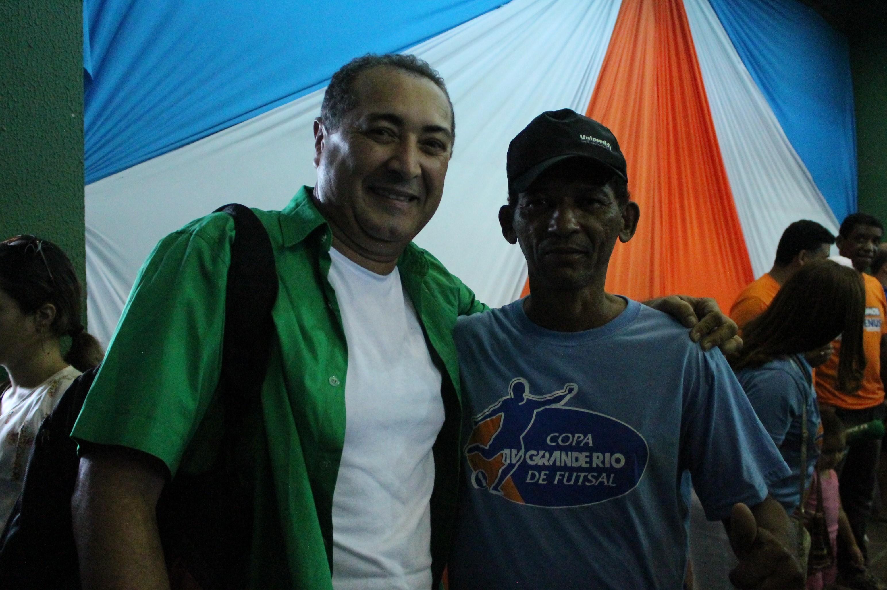 Luiz Siqueira ao lado do narrador Erinaldo Santos (Foto: Gabriela Canário)