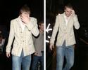 Atacante do Arsenal tenta se esconder de fotógrafos após noitada