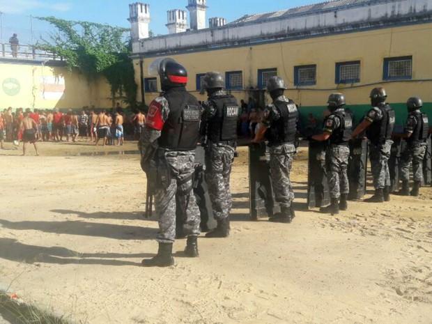 Policiais das forças especiais fazem barreira para conter tumulto de presos (Foto: Divulgação/Polícia Militar)