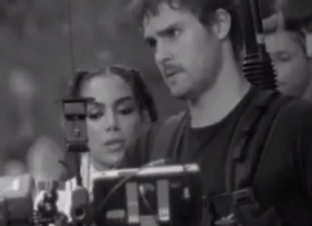 Anitta e o câmera do clipe Paradinha (Foto: Reprodução)