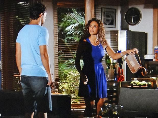 Taís encontra uma bolsa de mulher no apartamento de Hélio (Foto: Flor do Caribe / TV Globo)