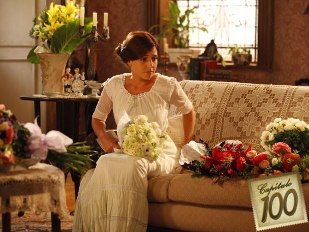 Sandra tem tudo o que uma mulher quer - só que chegou na hora errada (Foto: Lado a Lado/TV Globo)