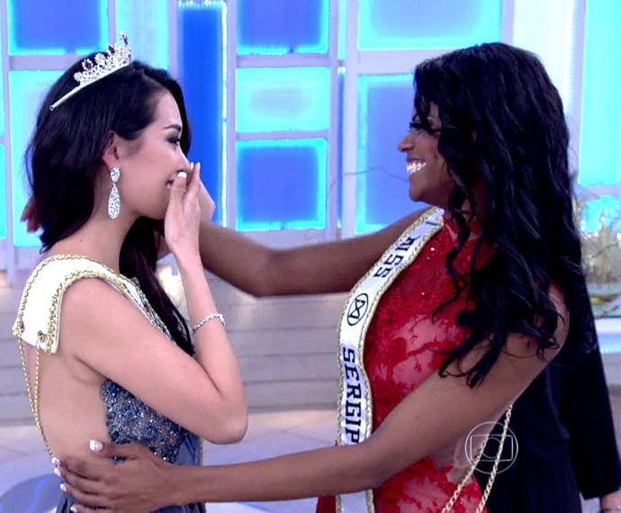 Ao vivo! Miss renuncia à coroa e entrega para a candidadta que havia ficado em segundo lugar (Foto: TV Globo)