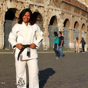 Atualmente Yvone Duarte mora em Roma, na Itália. Na cintura a faixa com 5 graus (Foto: divulgação)
