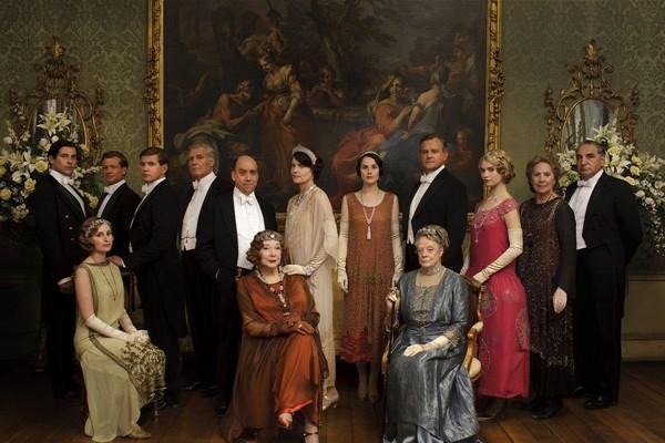 O ator Rob James-Collier com seus colegas de elenco em Downton Abbey (Foto: Reprodução)