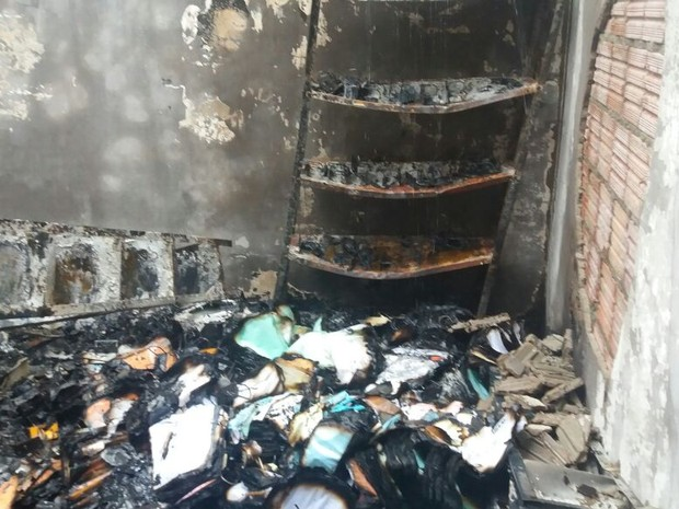 Material que estava em almoxarifado ficou destruído (Foto: Divulgação/Folha do Bico)